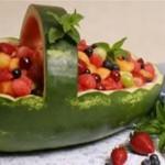 Servirovka fruktovogo salata v korzinochkah iz kozhuryi 2 150x150 Сервировка салатов и десертов в картинках