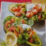 Servirovka salata v lodochkah iz avokado 150x150 Сервировка салатов и десертов в картинках
