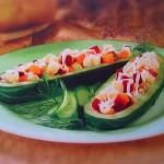 Servirovka salata v lodochkah iz ogurtsov 150x150 Сервировка салатов и десертов в картинках