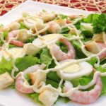 Krevetochnyiy salat iz perepelinyih yaits s avokado i suharikami 150x150 Креветочный салат из перепелиных яиц с авокадо и сухариками