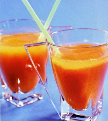 Morkovnyiy napitok s medom Салат из свежих фруктов с орехами и медом