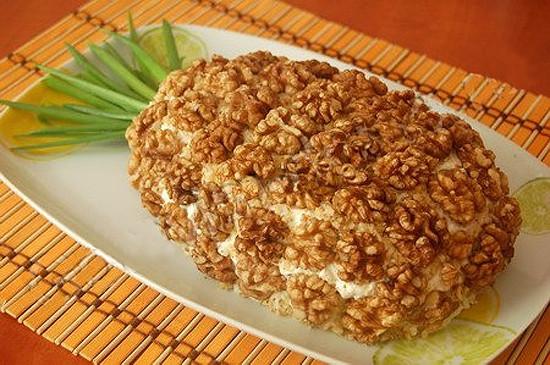 Salat s ogurchikami marinovannyimi i kuritsey Ananas Салат с картофелем, сырком и морковкой