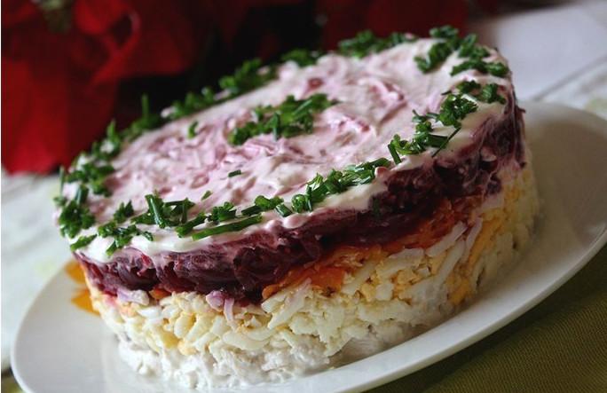 Salat prazdnichnyiy sloenyiy General Салат с картофелем, сырком и морковкой