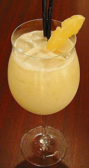 Desertnyie ananasyi s vodkoy i shampanskim Ананасовый коктейль с мартини и шампанским