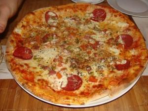 Klassicheskaya pitstsa s pomidorami i syirom 300x225 Классическая пицца с помидорами и сыром