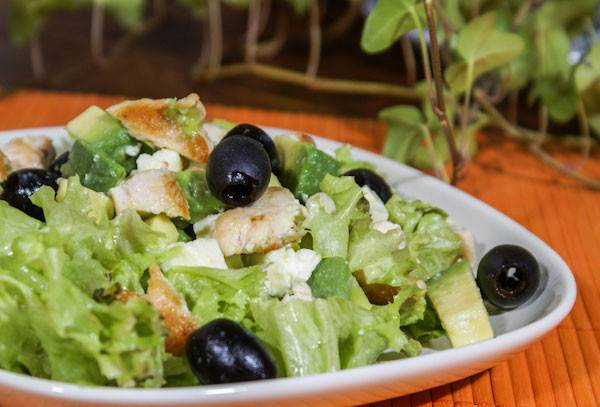 Salatik iz avokado s kurinyim myasom Салат с плодами карамболы и авокадо