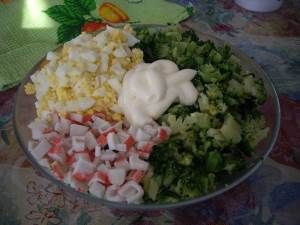 Salat iz kapustyi brokkoli yaits i krabovyih palochek Салатик с капустой   брокколи, крабовыми палочками и яйцами