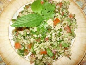 Salat   Tabule   s kuskusom Салат классический Цезарь с курочкой копченой и сухариками