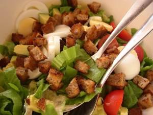 Salat klassicheskiy TSezar s kurochkoy kopchenoy i suharikami Салат классический Цезарь с курочкой копченой и сухариками