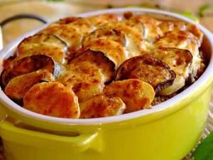 Grecheskaya musaka s farshem kartofelem i sousom Beshamel Греческая мусака с картофелем, фаршем и соусом Бешамель