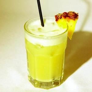 Kokteyl Belyiy sneg rom so svetlyim romom i sokami Ассорти из соков Флорида