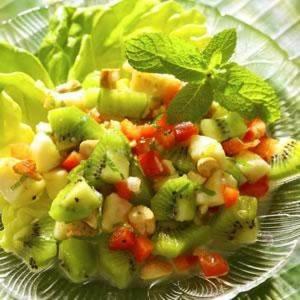 Salat k 2016 iz tropicheskih fruktov s lukom pod yogurtovo smetannyim sousom Салат к 2016 из тропических фруктов с луком под йогуртово сметанным соусом
