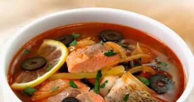 Solyanochka iz krasnoy i beloy ryibki s kapustkoy i pomidorkami Солянка из рыбки в сковороде