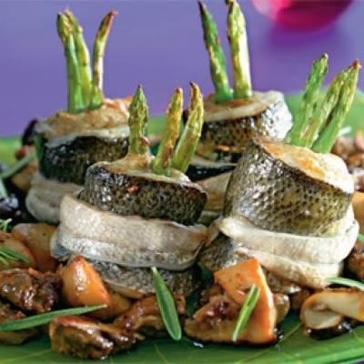 Ruletyi iz sibasa s zelenoy sparzhey i belyimi gribochkami Рулеты из сибаса с зеленой спаржей и белыми грибочками