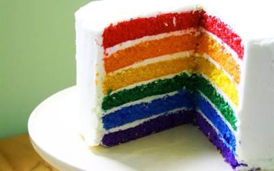 Tort   Raduga   iz raznotsvetnyih biskvitnyih korzhey Торт «Радуга» из разноцветных бисквитных коржей