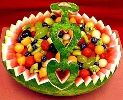 Salatyi iz fruktov i yagod Букет из фруктов – очень оригинальный и незабываемый подарок к любому торжеству