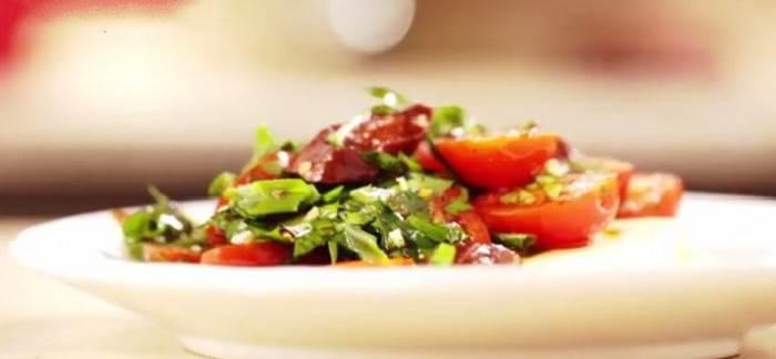 Salat po andaluzski iz krasnyih pomidorov s chorizo Салат по андалузски из красных помидоров с чоризо