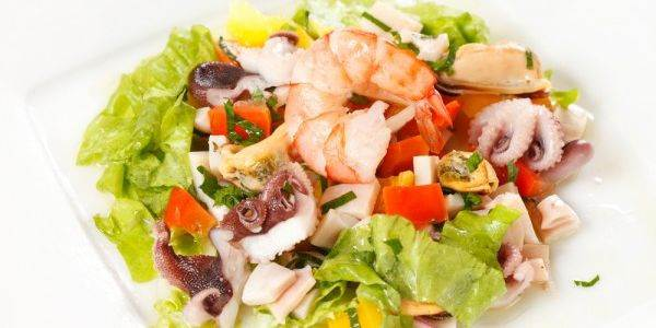 Salat s morskim kokteylem myagkim syirom i avokado Салат с морским коктейлем, мягким сыром и авокадо