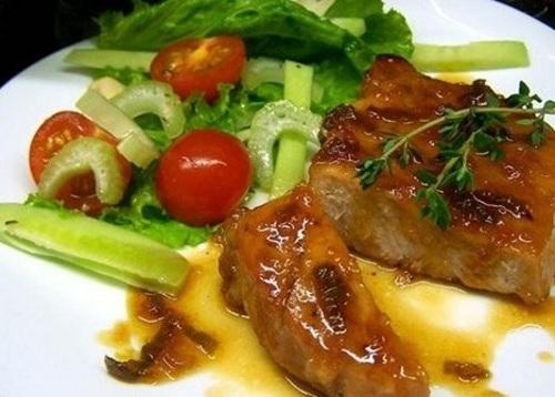 Steyk iz svininyi v neobyichnom sladko kislom souse Стейк из свинины в необычном сладко кислом соусе