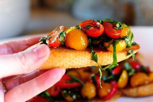 Bruskettka s bazilikom i pomidorami cherri Мини брускетты с базиликом и помидорками черри