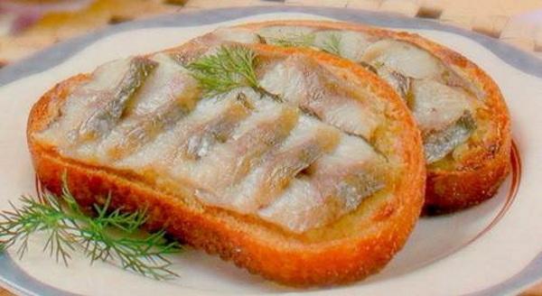 Goryachiy buterbrod na belom hlebe s seledochkoy Горячий бутерброд на белом хлебе с селедочкой