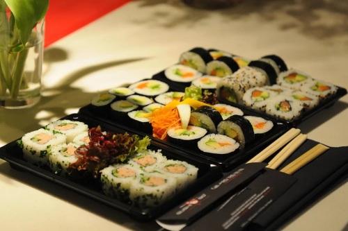 Kulinarnyiy shedevr pod nazvaniem Sushi Кулинарный шедевр под названием Суши