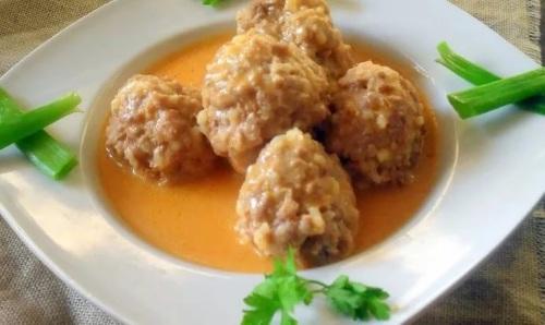 Teftelki myasnyie v smetanno tomatnom souse Тефтельки мясные в сметанно томатном соусе