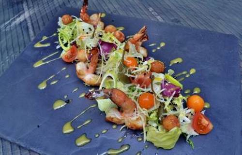 Salat iz krevetki fizalisa i sharikov iz testa Салат из креветки, физалиса и шариков из теста